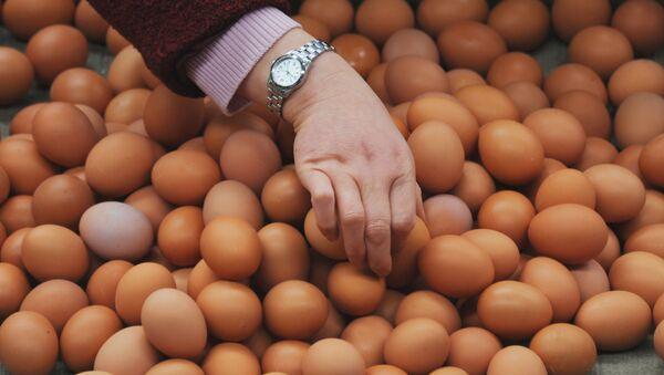 Покупатель собирает яйца на рынке, фото из архива - Sputnik Azərbaycan