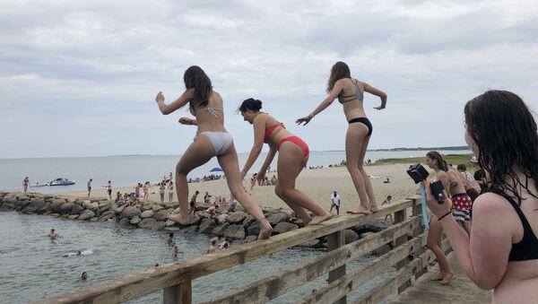 Девушки прыгают с моста в пруд в Эдгартауне, штат Массачусетс - Sputnik Азербайджан