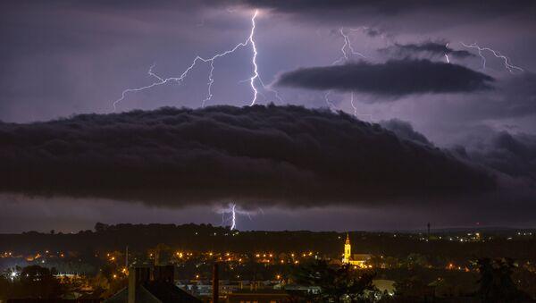 Молнии над венгерским городом Надьканижем - Sputnik Azərbaycan