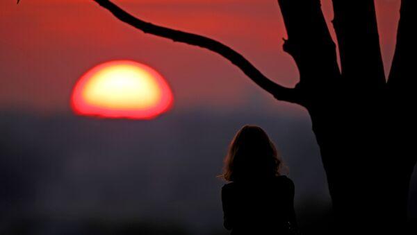 Женщина смотрит на закат, фото из архива - Sputnik Азербайджан