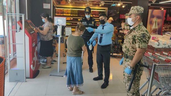 Сотрудники полиции в продуктовых магазинах - Sputnik Азербайджан