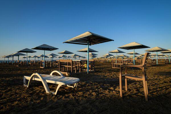 Хочется зажмуриться и открыть глаза в надежде, что прежняя жизнь вернется на пляжи. - Sputnik Азербайджан