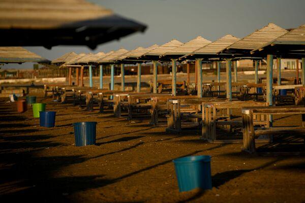 Но есть в этой пустоте и положительные моменты: здешние пляжи никогда еще не были такими чистыми. - Sputnik Азербайджан