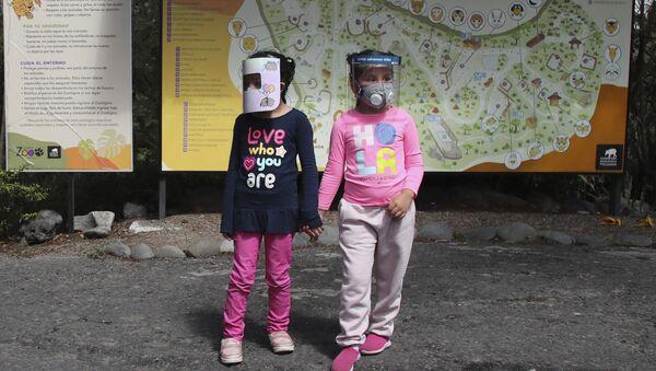 Дети в защитном щите, фото из архива - Sputnik Azərbaycan